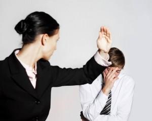 Wenn Frauen ihre Wut und Angst in körperlicher Gewalt gegen den Partner entladen, muss externe Hilfe her